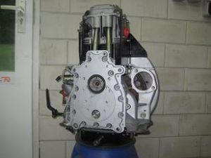 Revisie van een Hatz motorblok in de kleur zilver